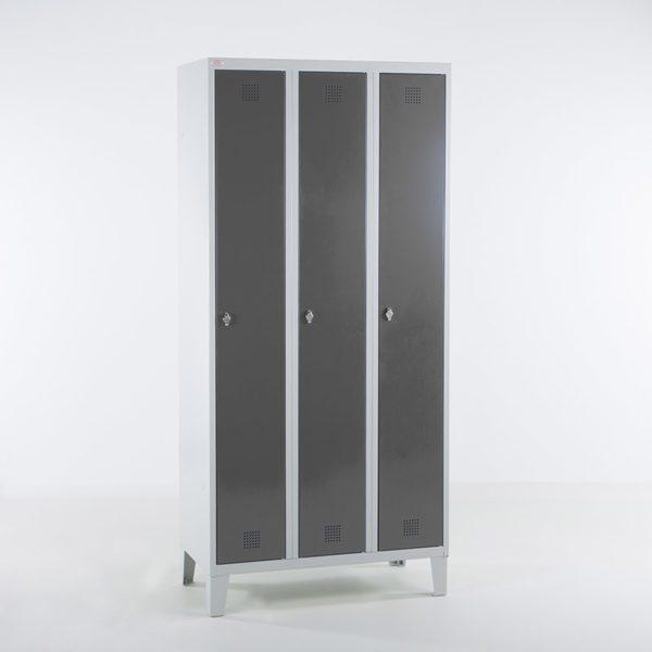 Garderobeskap grå tre dører